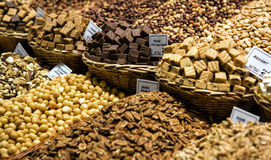 Banketbakkerij op Boqueria-marktplaats in Barcelona, Spanje De geassorteerde winkel van het chocoladesuikergoed Stock Afbeeldingen
