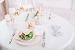 Bankett dekorerad tabell, med bestick Bröllopdekor i bankettkorridoren Portion av en festlig tabell, platta, servett Arkivfoto