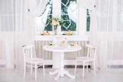 Bankett dekorerad tabell, med bestick Bröllopdekor i bankettkorridoren Portion av en festlig tabell, platta, servett Arkivfoton