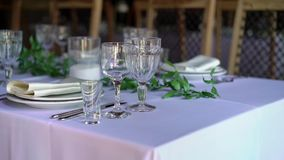 Bankett dekorerad tabell, med bestick Bröllopdekor i bankettkorridoren Portion av en festlig tabell, platta, servett arkivfilmer