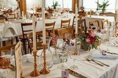 bankett Festliche Tabelleneinstellung Hochzeitstafel verziert mit Herbstblumen und -kerzen lizenzfreie stockbilder