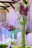 Bankett tabeller, blommor, exponeringsglas arkivfoto