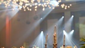 banketten blommar matlokaltabellen Stearinljus på ljusstaken för partiet Hd video