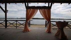 Banketthalle auf den Ufern Hochzeitszeremonie auf dem Ufer Lizenzfreie Stockbilder