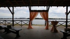 Banketthalle auf den Ufern Hochzeitszeremonie auf dem Ufer Lizenzfreie Stockfotografie