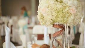 Banketthalle vorbereitet für Feier Die Hochzeitstafel, verziert mit Blumenzusammensetzung, bereiten für Ereignis vor stock video