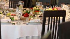 Bankettisch mit Dekor, der Kellner öffnet eine Flasche Wein, ein Bankett in einem Restaurant, Innenraum des Restaurants stock footage
