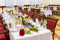bankettmaträtten dof fokuserade en grund restaurang Olika läckerheter, mellanmål och drinkar på stor festhändelsen catering royaltyfri fotografi