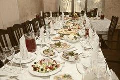 Banketttabell i en restaurang Royaltyfri Bild