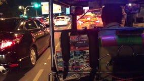 BANKGKOK, THAILAND - APRIL 8, 2018: Tuk tuk rit in Bangkok bij nacht zonder vensters en veiligheidsgordels stock video