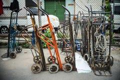 In Bankgok warf thailändischer Warenkorbgebrauch zu transportieren Materialien oder Abfall weg Lizenzfreie Stockfotografie