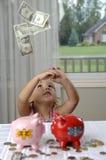 banki spieniężają małego dziewczyny prosiątko zdjęcia royalty free