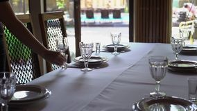 Bankiet dekorujący stół z cutlery, Ślubny wystrój w bankiet sala Porcja świąteczny stół, talerz, pielucha zbiory wideo