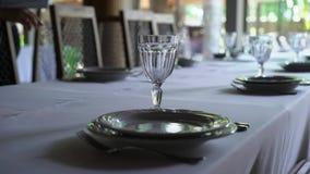 Bankiet dekorujący stół z cutlery, Ślubny wystrój w bankiet sala Porcja świąteczny stół, talerz, pielucha zdjęcie wideo