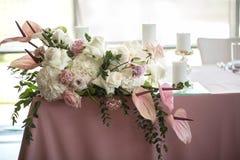 Bankiet menchii stół dekorował z świeżymi kwiatami i świeczkami Ślubny dekoraci pojęcie zdjęcia stock