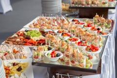 Bankieta stół w restauraci słuzyć z różnymi posiłkami Zdjęcie Royalty Free
