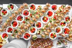Bankieta stół w restauraci słuzyć z różnymi posiłkami Fotografia Stock