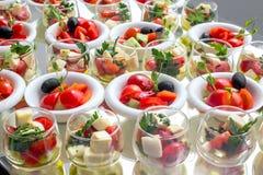 Bankieta stół w restauraci słuzyć z różnymi posiłkami Zdjęcia Royalty Free