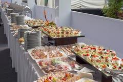 Bankieta stół w restauraci słuzyć z różnymi posiłkami Obrazy Stock