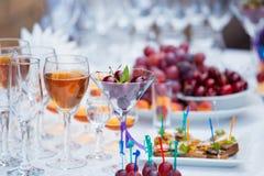 Bankieta stół z owoc, sok i przekąski, zamykamy up Zdjęcia Stock