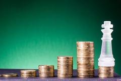 banking Vá depositar Colunas douradas das moedas no fundo verde fotografia de stock