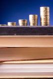 banking Vá depositar Colunas douradas das moedas no fundo verde foto de stock royalty free