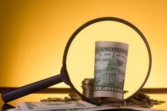 banking Vá depositar Colunas douradas das moedas no fundo verde fotos de stock