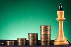 banking Vaya a depositar Columnas de oro de monedas en fondo verde fotografía de archivo libre de regalías