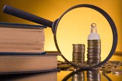 banking Vaya a depositar Columnas de oro de monedas en fondo verde fotos de archivo libres de regalías