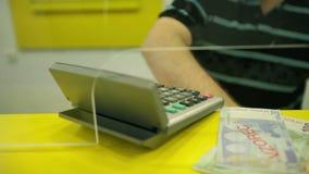 Bankir bak de glass räknande europengarna lager videofilmer