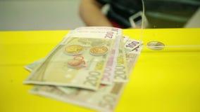 Bankir som ut betalar pengar och undertecknar med stämpeln lager videofilmer