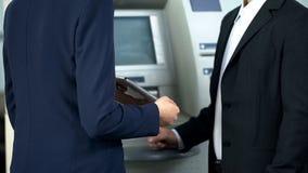 Bankirvisningklient på minnestavlan hur man betalar den nytto- räkningen direktanslutet och återtar kassa royaltyfri foto
