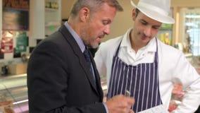 Bankkamrern Meeting With Owner av slaktare shoppar lager videofilmer