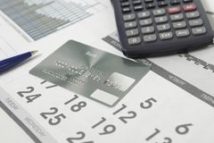 Bankkarte auf der Kalenderseite Lizenzfreies Stockfoto