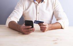Bankkartegeschäftsmanntelefon lizenzfreies stockbild