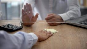 Bankkassier die Russische roebels, de beperkingen van de muntuitwisseling weigeren te veranderen stock afbeelding