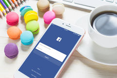 BANKKOK TAJLANDIA, FEB, - 06, 2016: Nazwa użytkownika ekranu Facebook ikony na Jabłczanym iPhone 6 Zdjęcie Stock