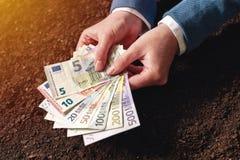 Banklån för jordbruksdrift i eurosedlar Arkivbild