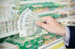 banknotów połysku pasmo Robić zakupy przy supermarketem zdjęcia stock