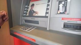 Banknot sto dolarów od ATM zbiory wideo
