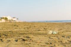 Banknot wartość jeden dolar w piasku na plaży Pojęcie tani wakacje i podróż obrazy royalty free
