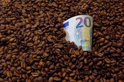 Banknote des Euros 20 in den Röstkaffeebohnen Stockfoto