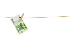 Banknote des Euros 100, die an der Wäscheleine auf weißem Hintergrund hängt Lizenzfreies Stockfoto