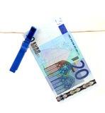 Banknote des Euros 20, die an der Wäscheleine hängt Stockfotografie