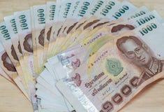 Banknote des thailändischen Baht von Thailand auf hölzernem Lizenzfreies Stockbild