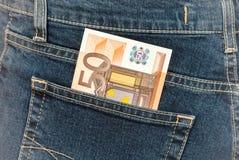 Banknote 50 Euro, Jeanstasche aus heiterem Himmel haftend Lizenzfreie Stockbilder