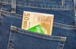 Banknote 50 Euro und Kreditkarte Visum, das aus dem hinteren J heraus haftet Stockfotos