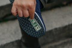 Banknote festgehalten an Sohle lizenzfreie stockfotos