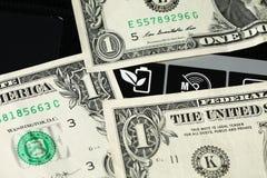 Banknote gesetzt auf Laptopoberfläche Stockfotos