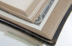 Banknote im Buch. Lizenzfreie Stockfotografie